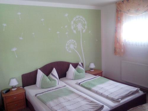 Doppelbett im Wohnschlafraum